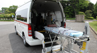 民間救急車とストレッチャー